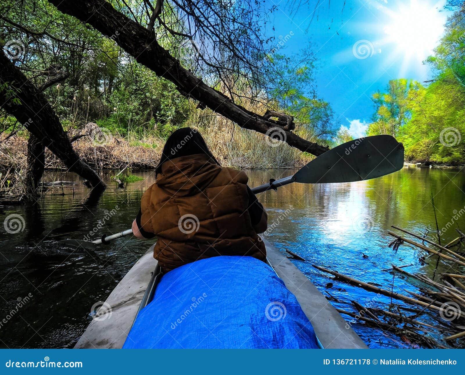 Een mooi landschap van een vrouwenatleet zwemt in een rivier dichtbij Badark