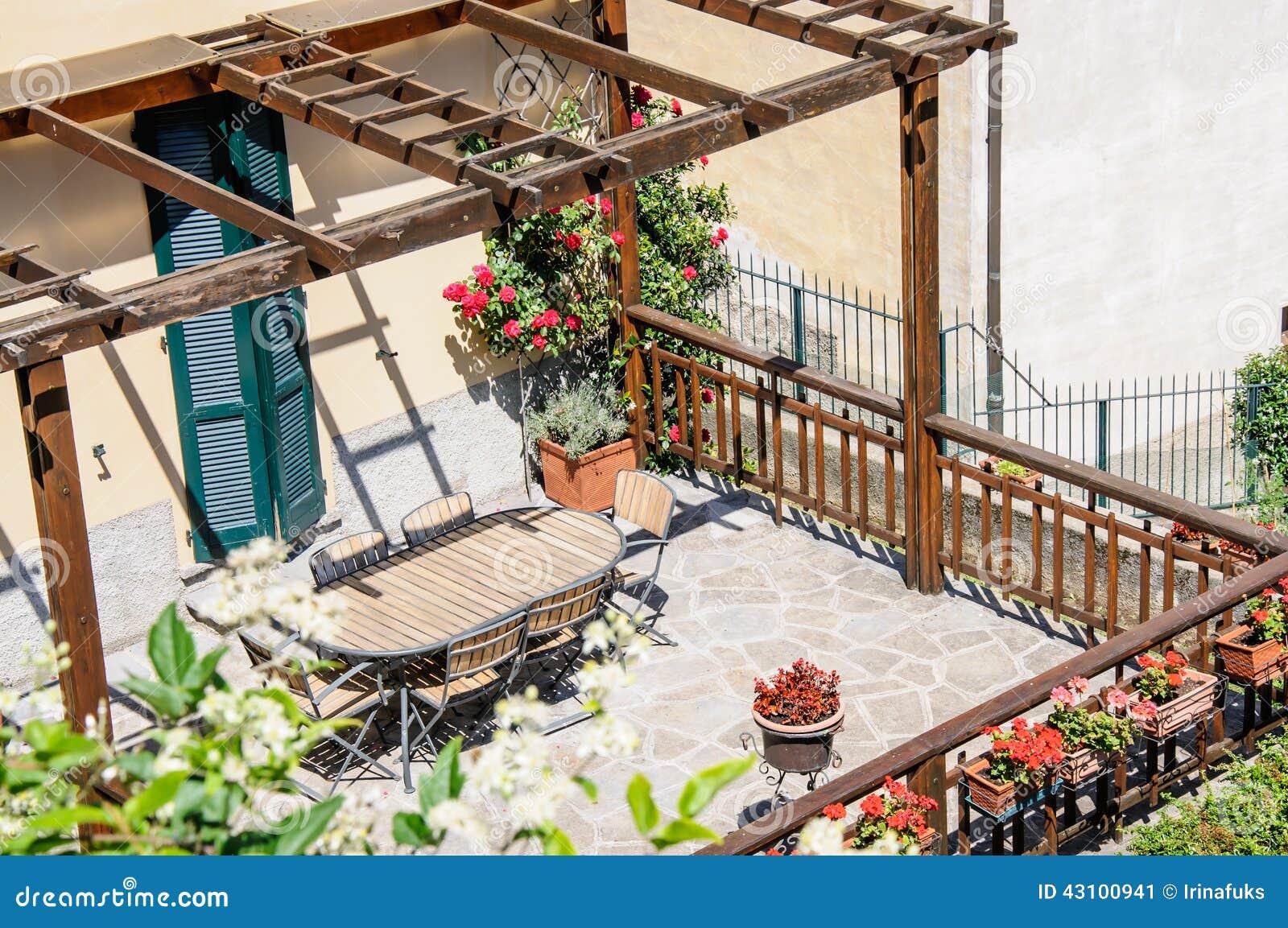 Een mooi terras met stoelen en lijst itali stock foto afbeelding 43100941 - Foto sluit een overdekt terras ...