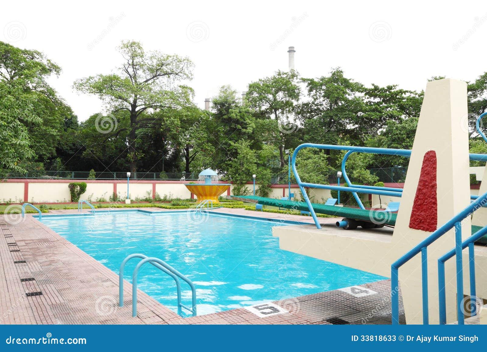 een mooi zwembad met de lenteboot stock foto 39 s beeld