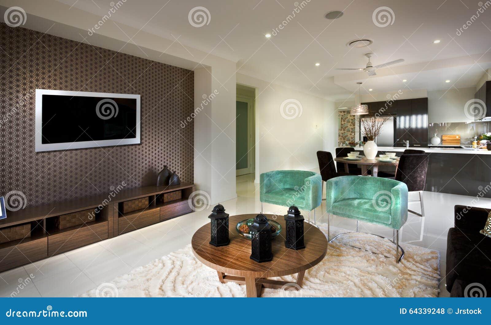 Een mooie fatsoenlijke humeurige woonkamer met een tv en in