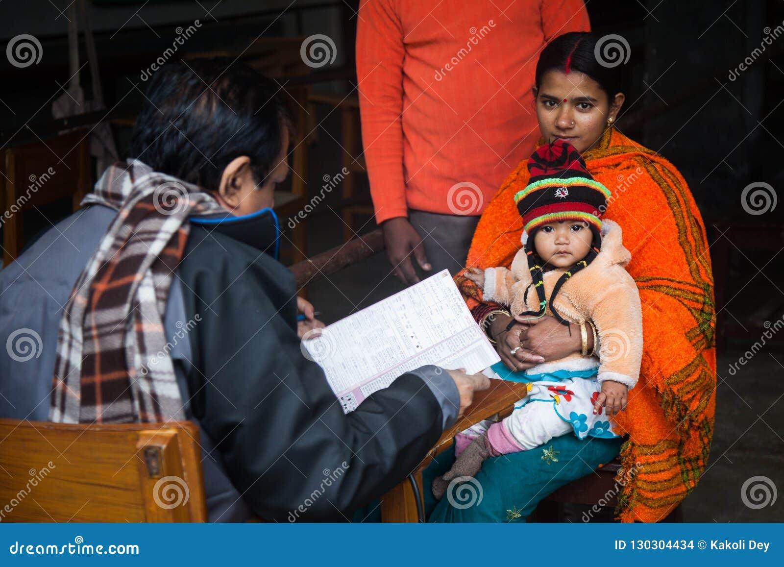 Een mooie jonge moeder is met haar kind arts komen zien