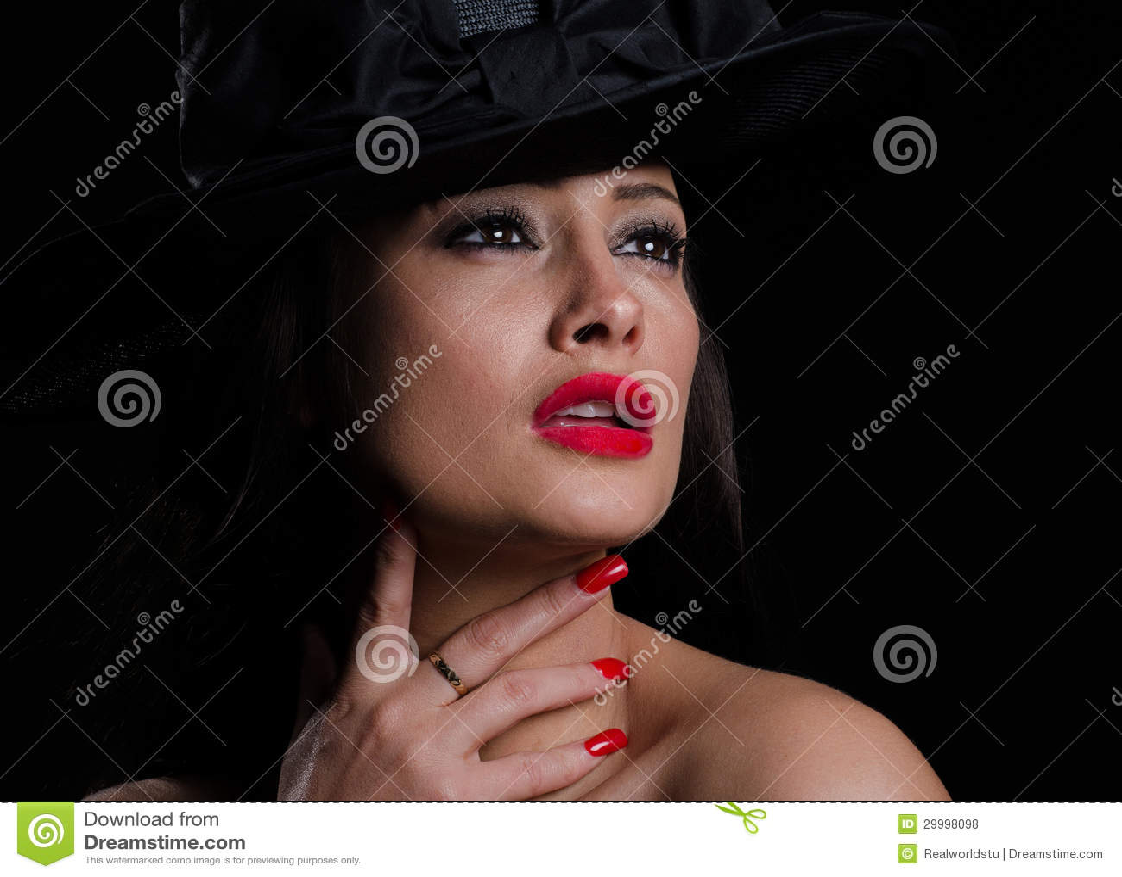 Mooie, modieuze vrouw in hoed