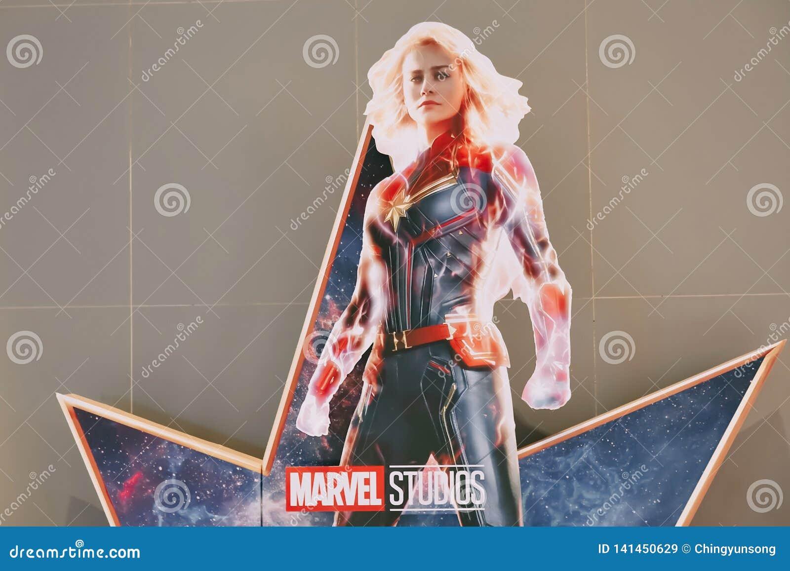 Een mooie rechtopstaande reiziger van een film riep Kapitein Marvel of Carol Danvers-sterren door Brie Larson-vertoningen die bij