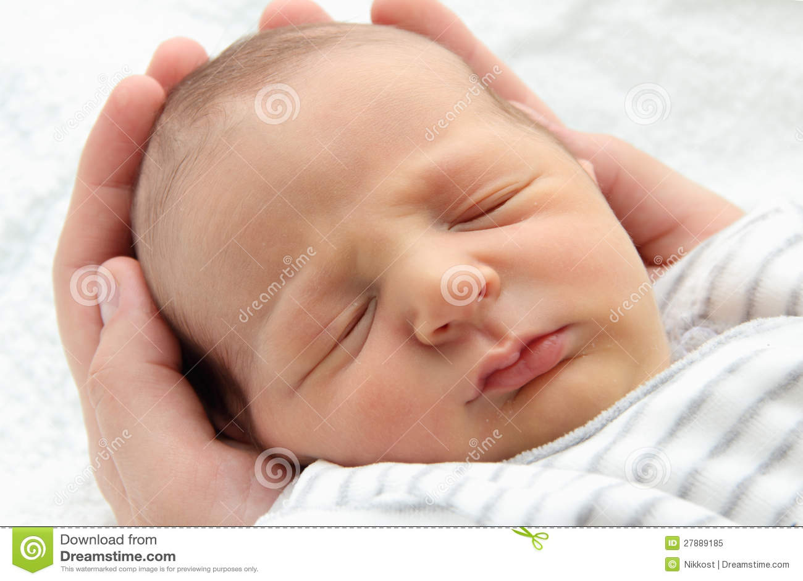 Een mooie slaapbaby in handen