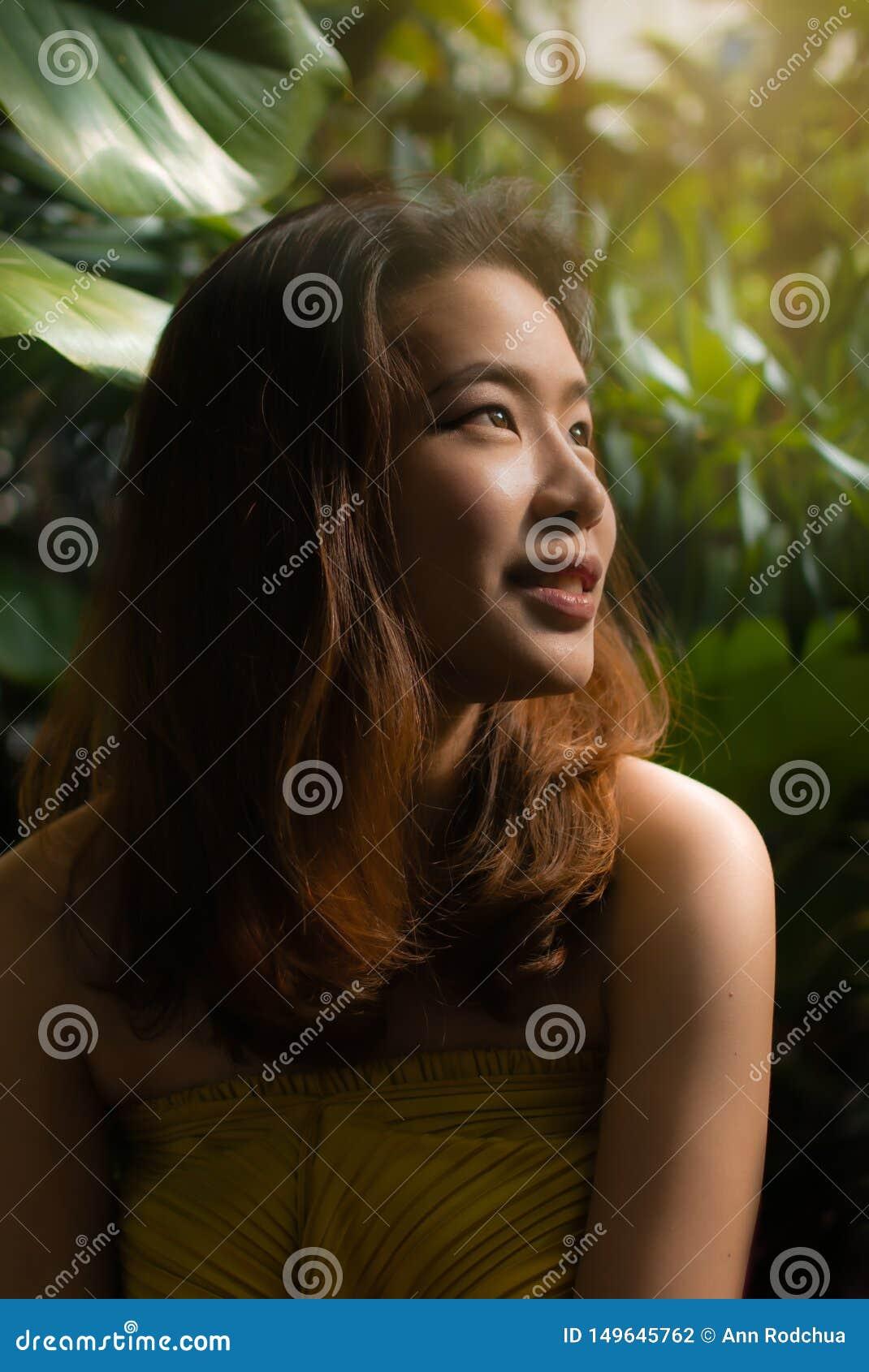 Een mooie vrouw gebruikt haar zoete ogen rond kijkend