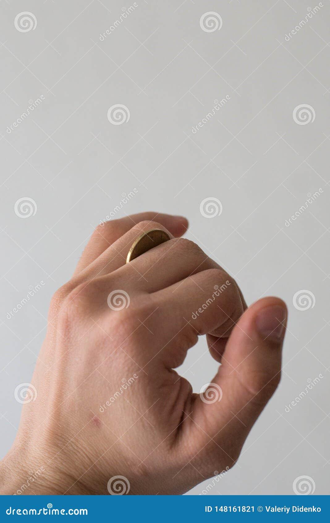 Een muntstuk in een man hand
