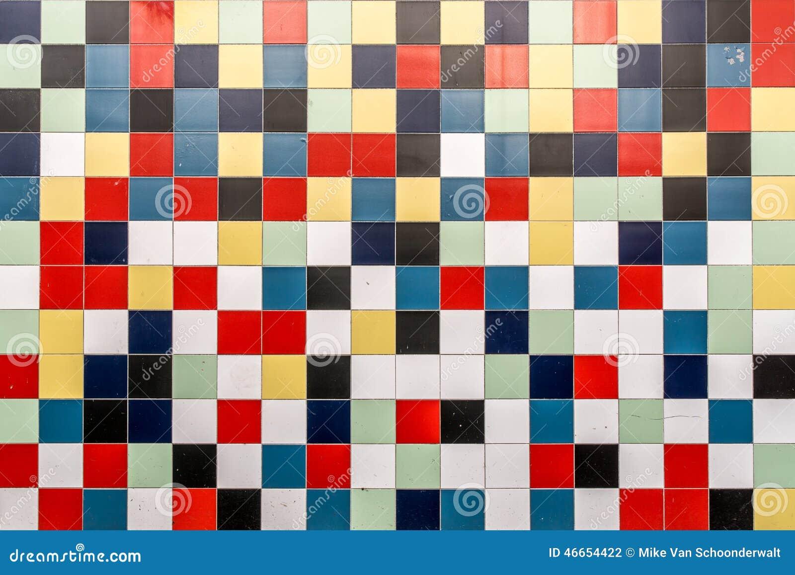 Een muur van gekleurde tegels stock foto   afbeelding: 46654422