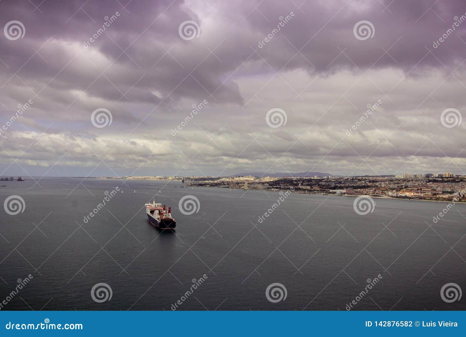 Een nautic schip in de Tagus-rivier