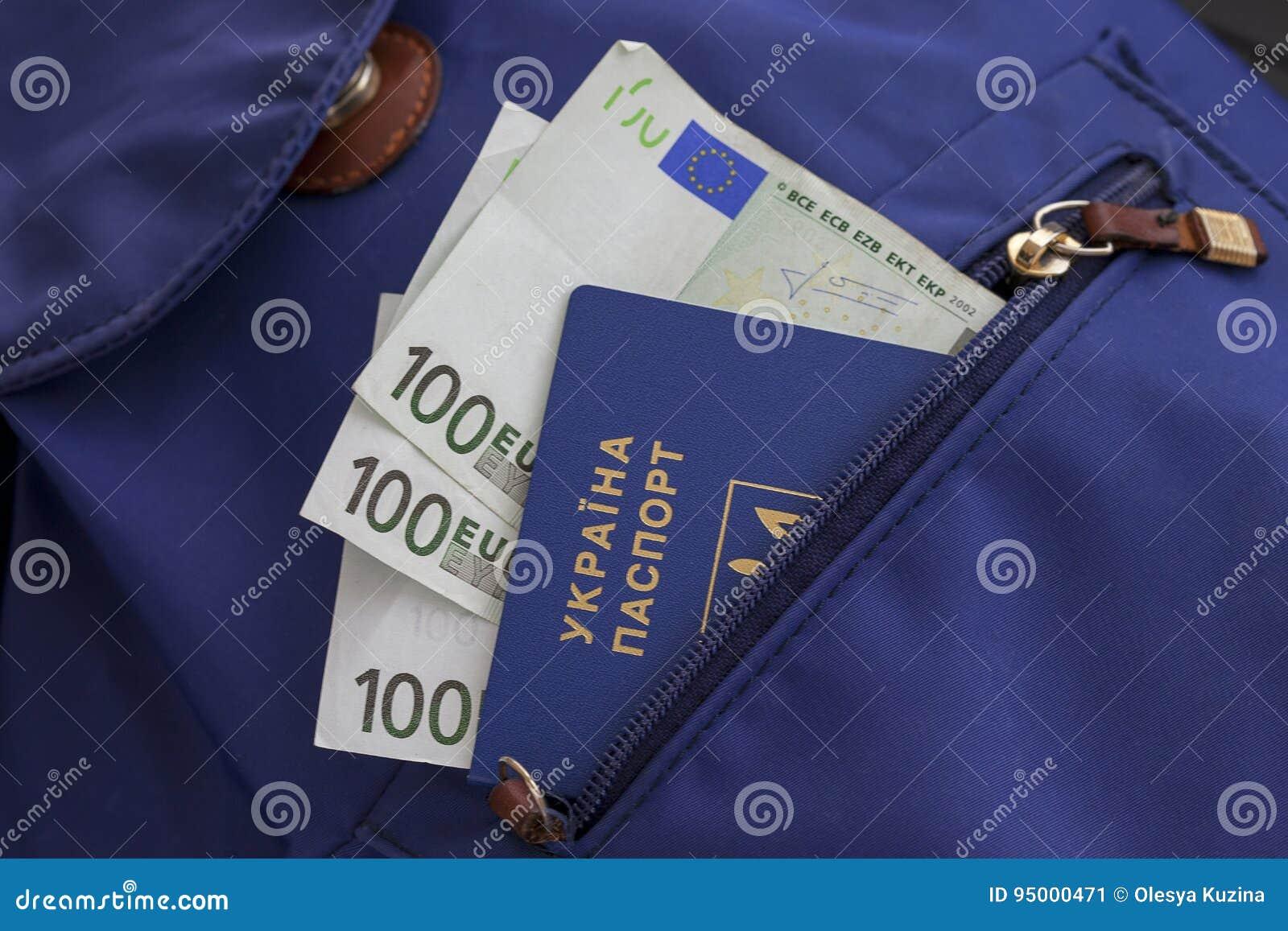 Een nieuw biometrisch Oekraïens paspoort met een elektronische spaanderidentiteitskaart Vrije reis naar Europa zonder een visum D
