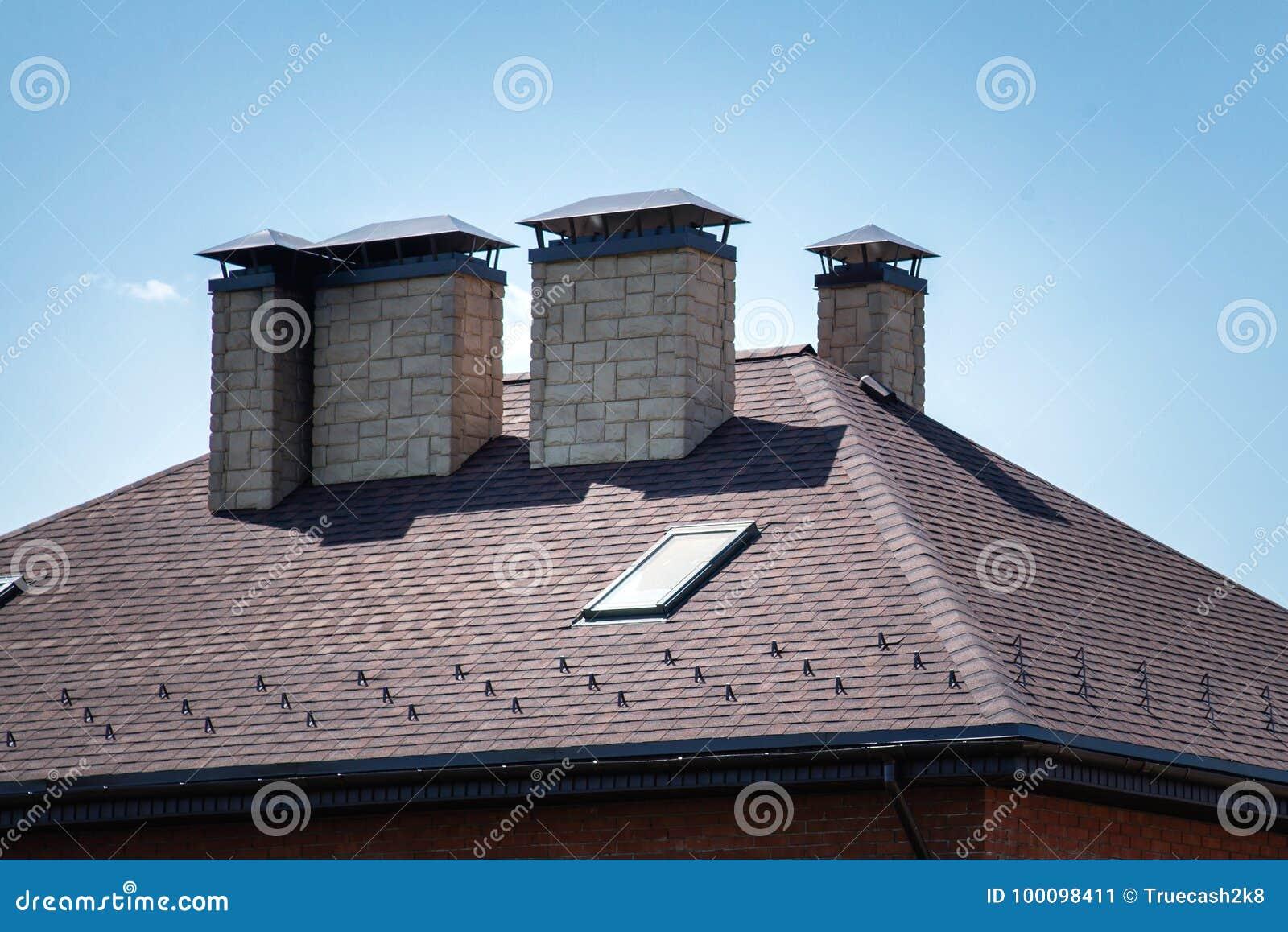 Een Nieuw Huis : Een nieuw huis met betegelde dak schoorsteen ventilatie voor