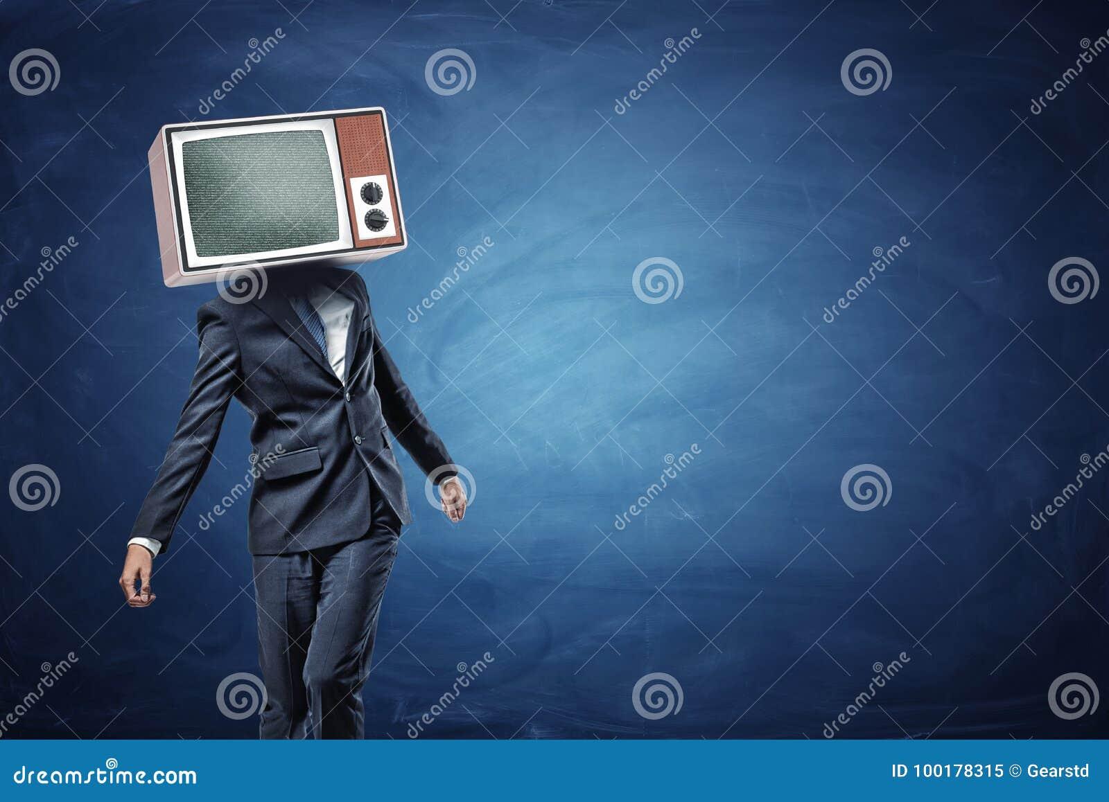Een onvaste zakenman die zich ongelijk met een grote retro TV op zijn hoofd bevinden die grijs lawaai tonen