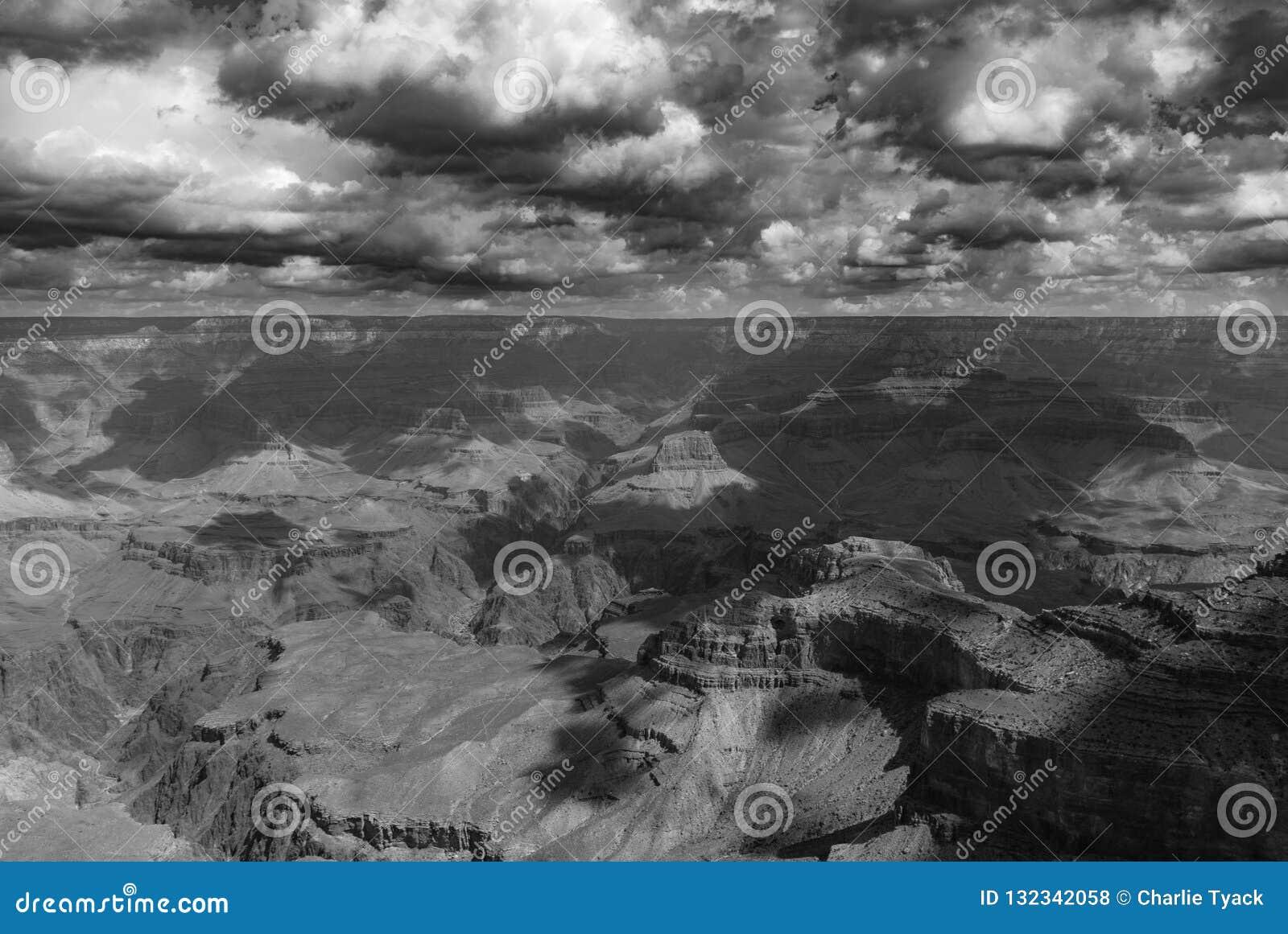 Een onweer die over het Nationale Park van Grand Canyon brouwen