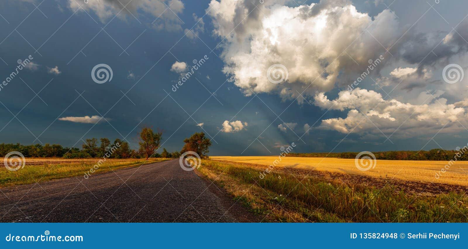 Een Onweersbui betrekt boven de weg