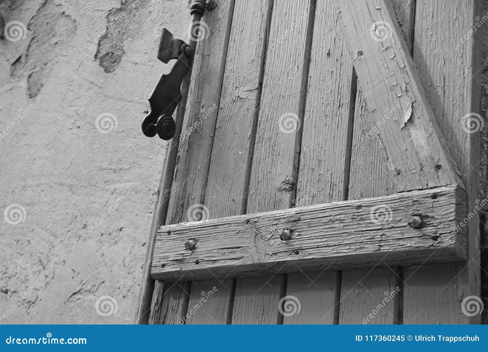 Een Oud houten blind, in zuiden van Frankrijk