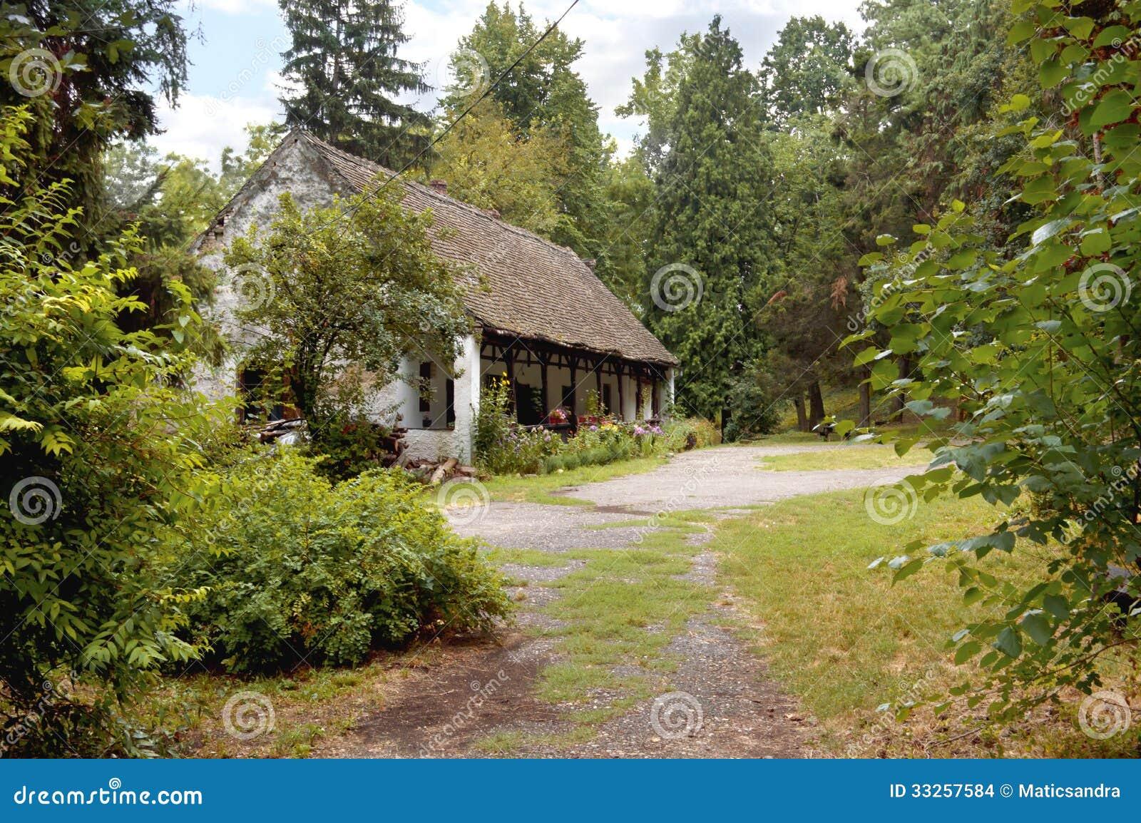 Een oud huis in een bos stock afbeeldingen afbeelding 33257584 - Huis verlenging oud huis ...