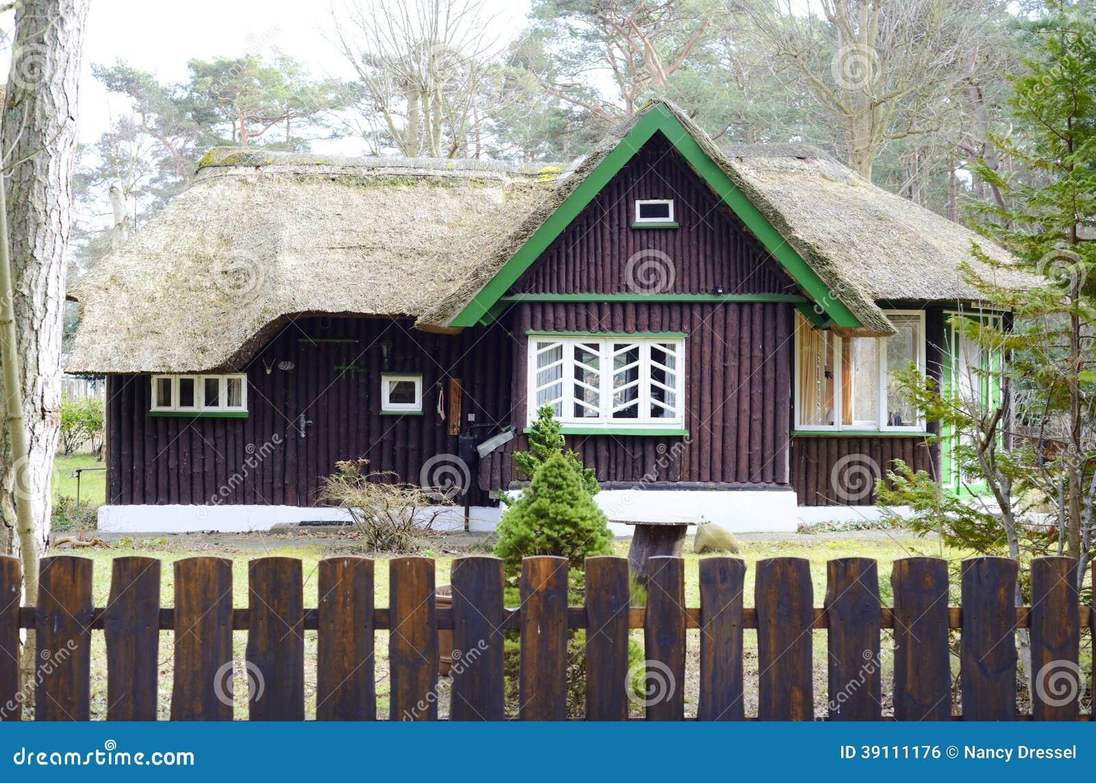Een oud huis met traditioneel reetdak