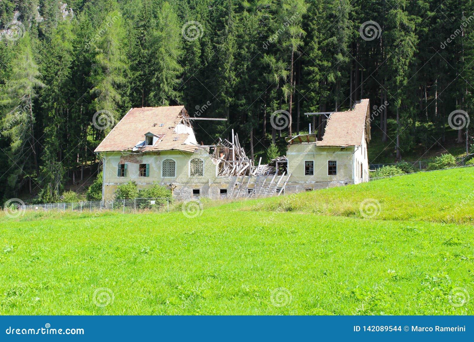 Een oud verlaten gebouw in ruïnes, Dolomiet, Italië