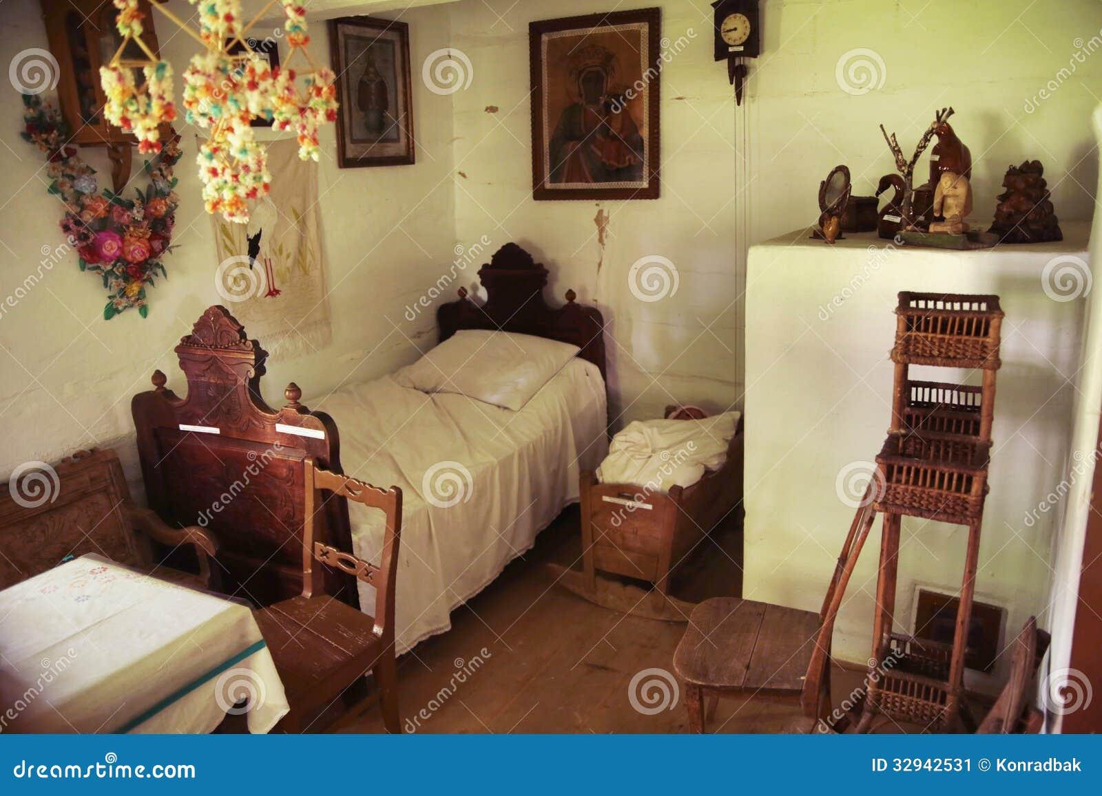 Een oude houten en rustieke slaapkamer stock afbeelding ...