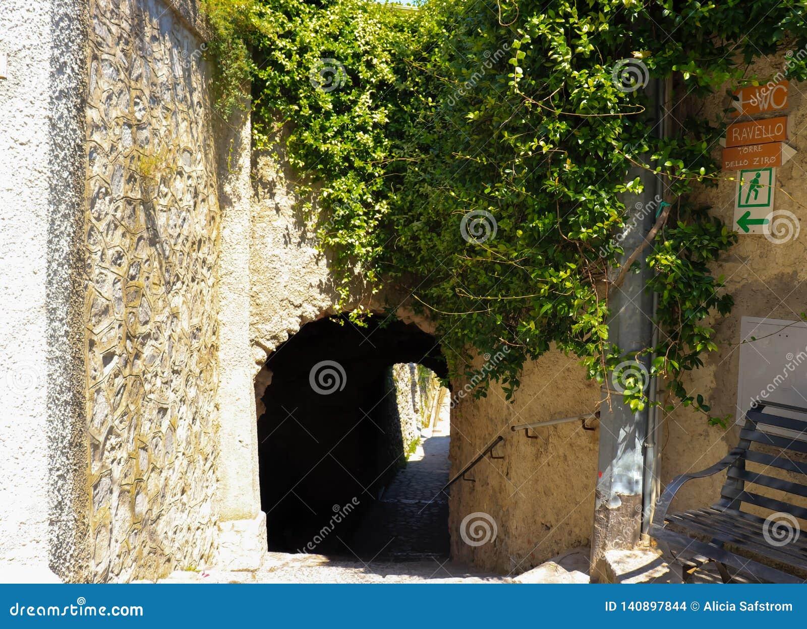 Een oude Italiaanse passage aan Ravello, Itally