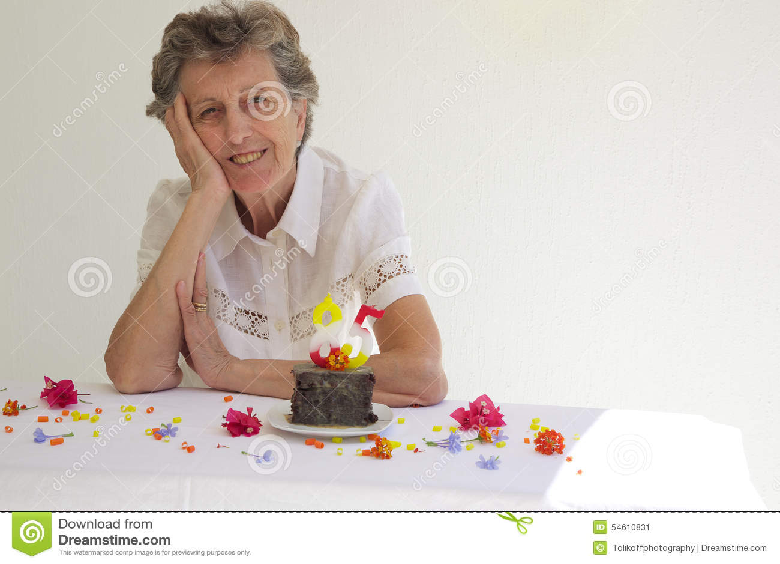 Een Oude Vrouw Viert Haar Verjaardag Stock Afbeelding Afbeelding