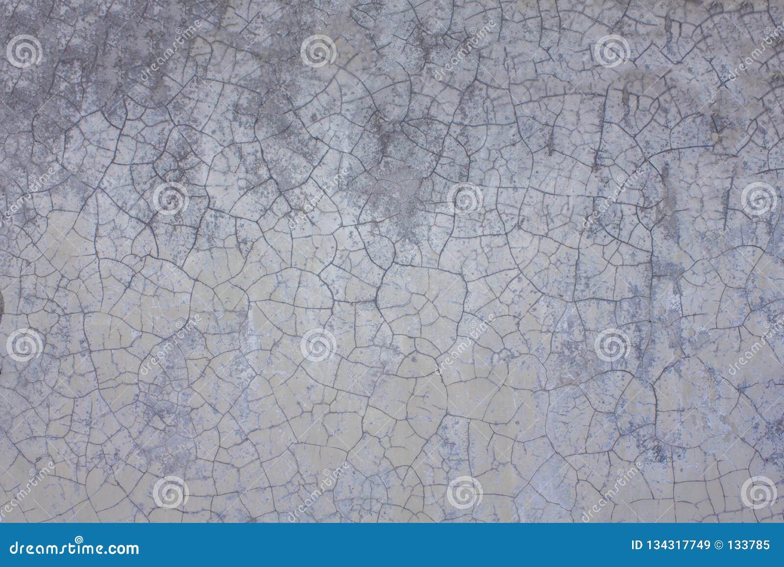 Een oude witte grijze purpere muur met barsten en vlekken van vuil Ruwe Oppervlaktetextuur