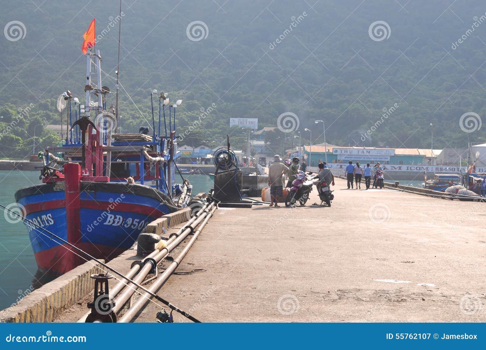 Een overzicht bij de zeehaven van Con Dao eiland met visser en vissersboten het parkeren