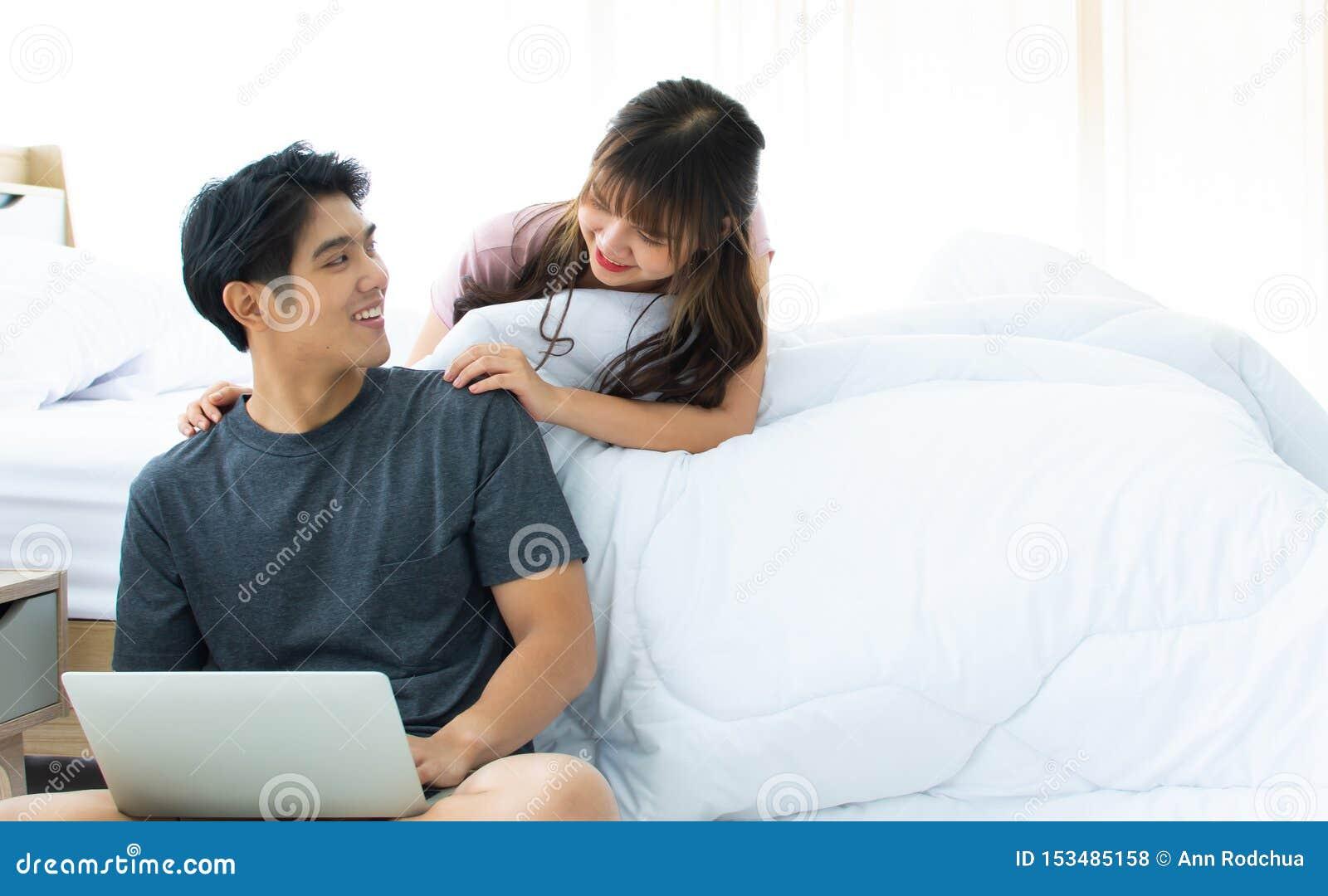 Een paar die Internet zoeken in slaapkamer