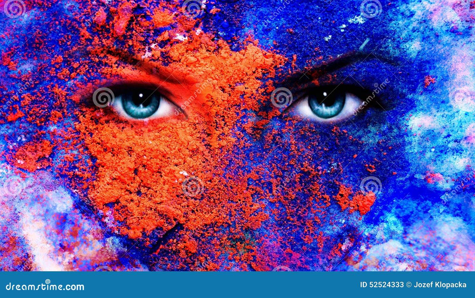 Een paar mooie blauwe vrouwenogen die, het effect van de kleurenaarde, het schilderen collage, violette make-up richten