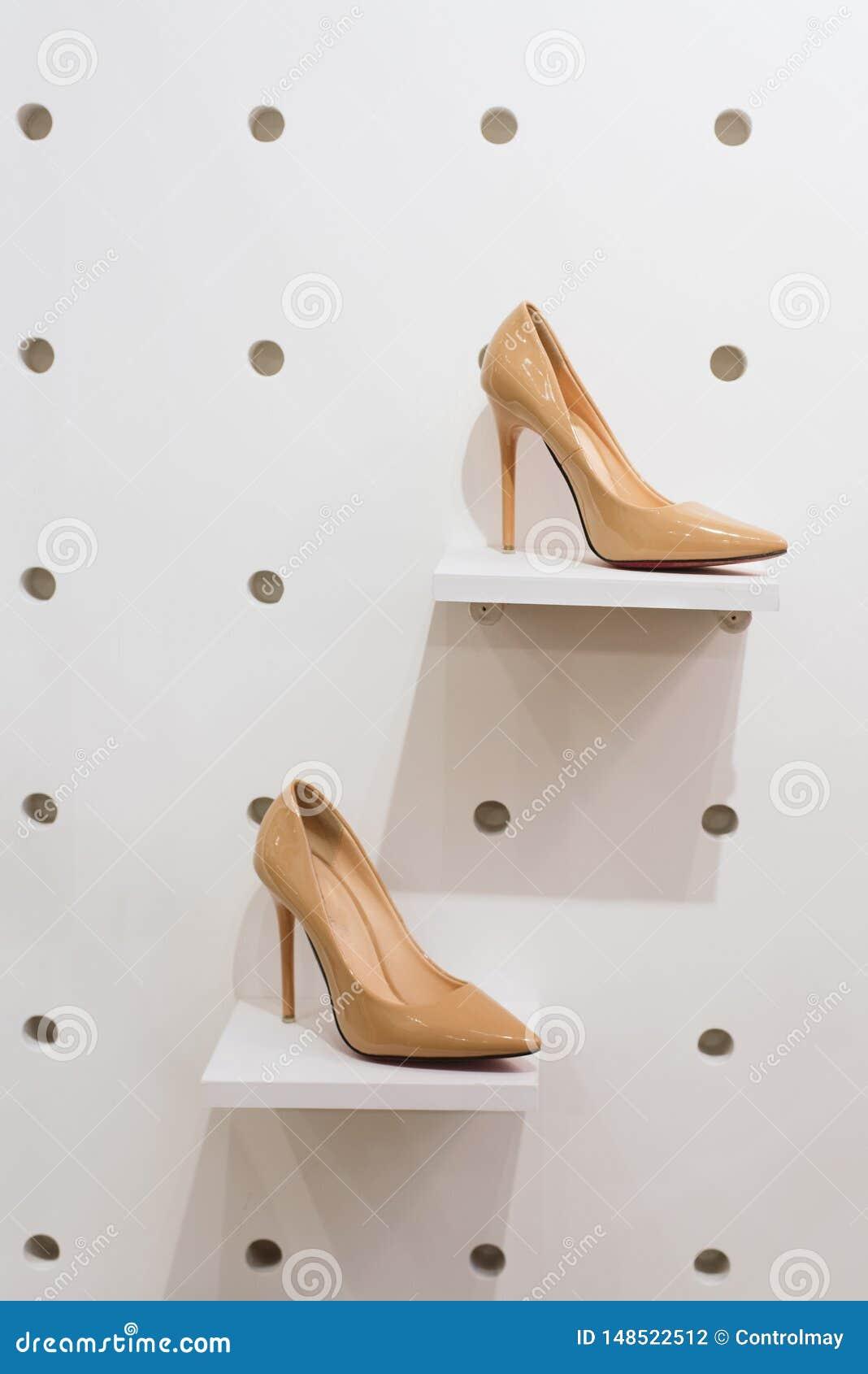 Een paar schoenen op storefront in de opslag
