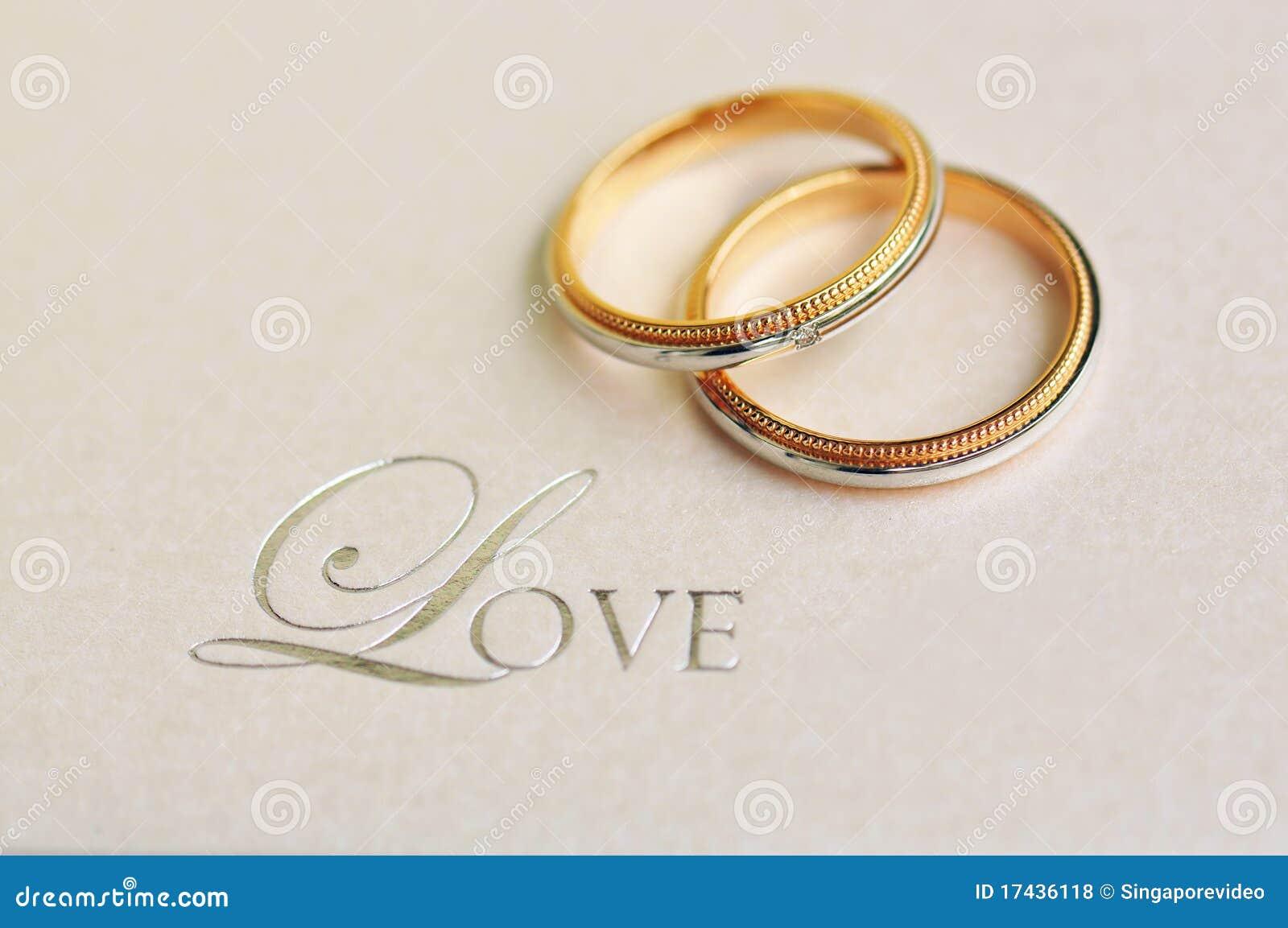 Een paar trouwringen met tekst liefde royalty vrije