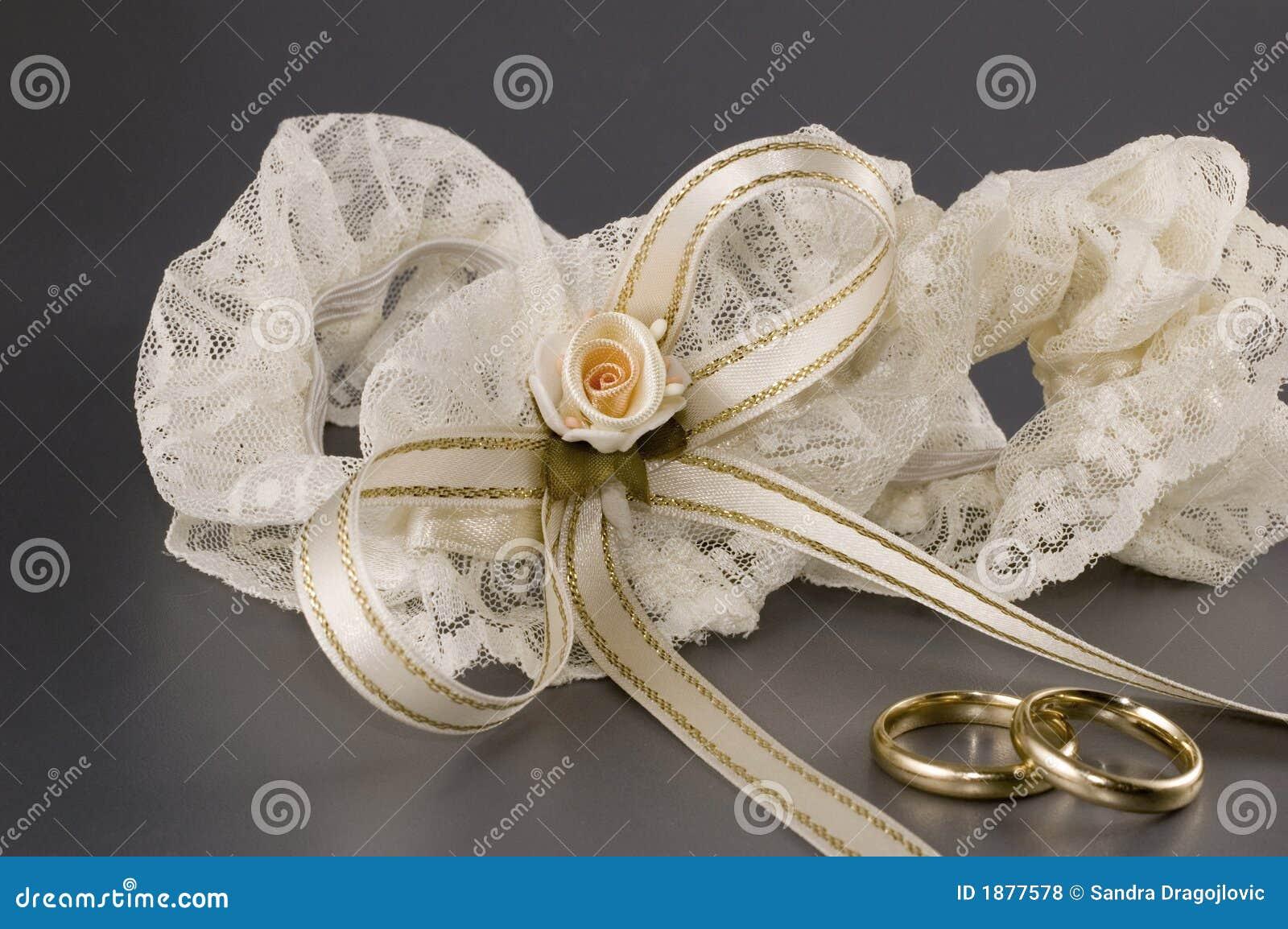 Een paar van trouwringen en een kouseband