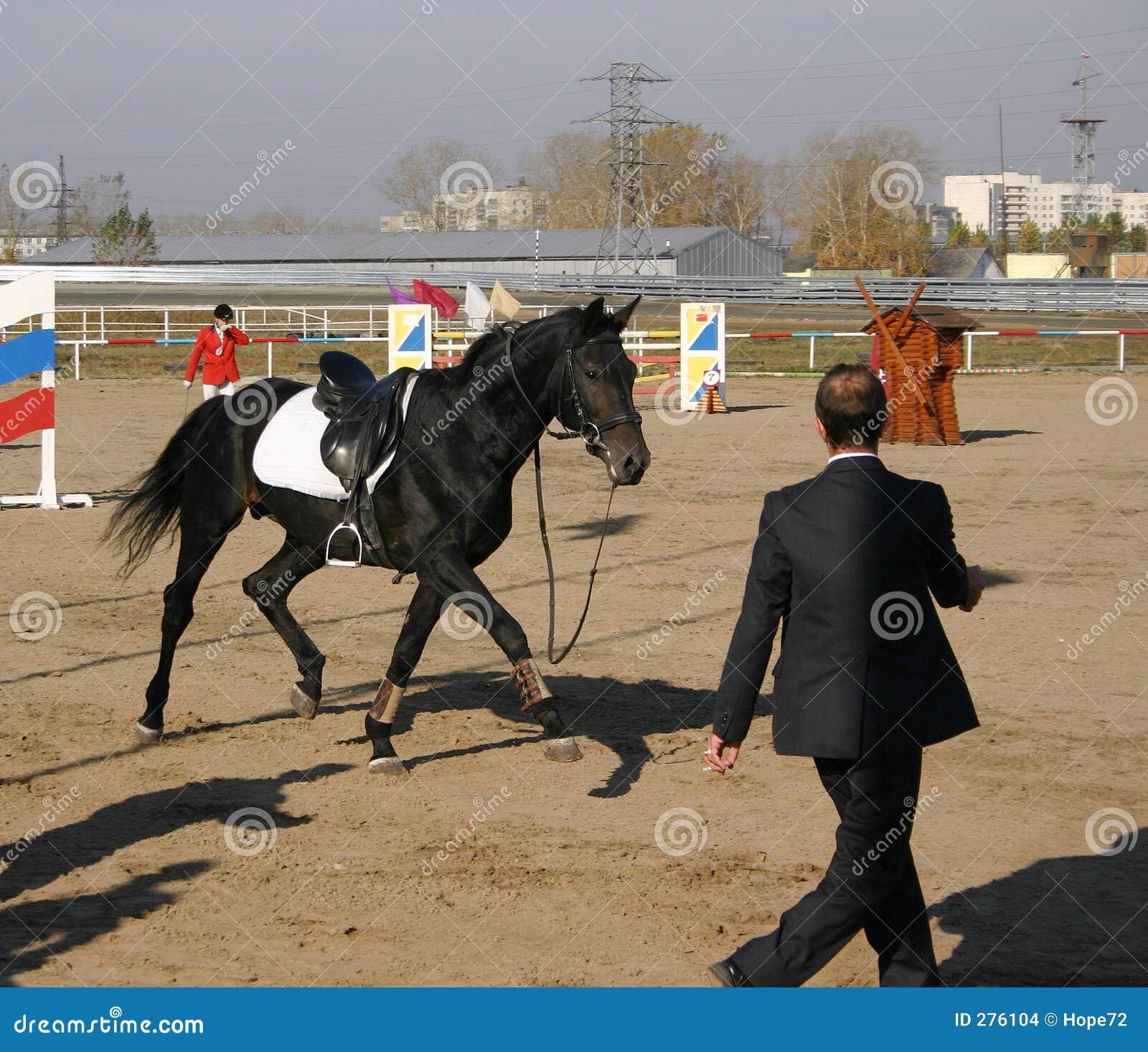 Een paard dat na een sportman wegloopt viel weg