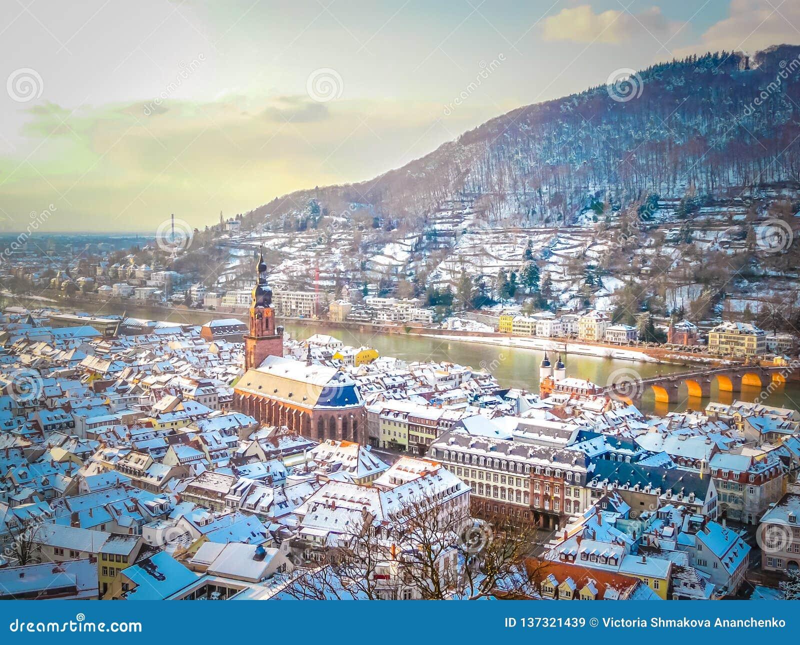 Een panoramisch satellietbeeld van de oude stad van Heidelberg in Duitsland