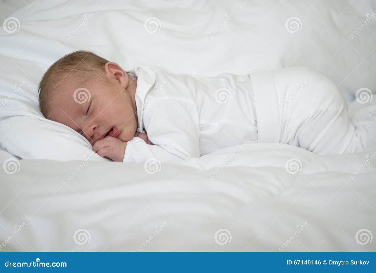 Een pasgeboren babyslaap