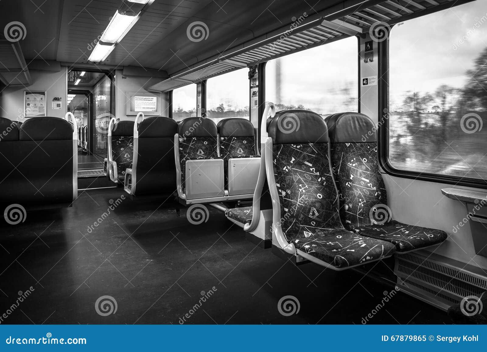 Een passagierstrein Het binnenland van een tweedeklasvervoer