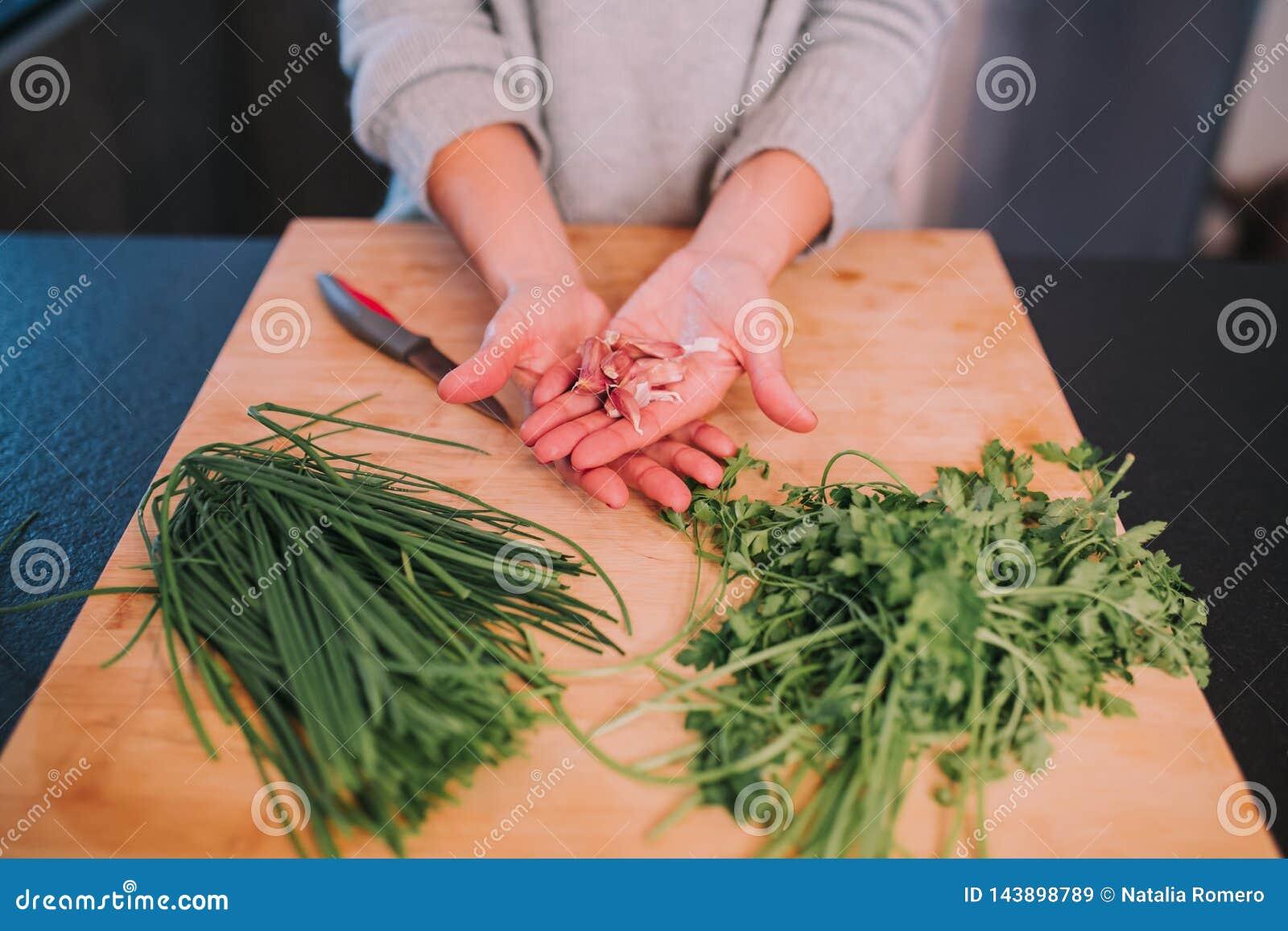 Een persoon kookt groenten