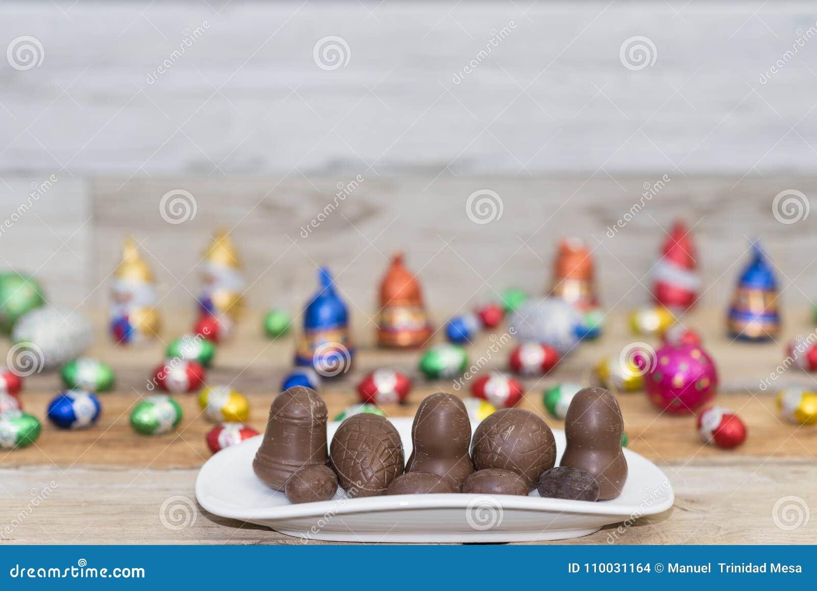 Een plaat met geassorteerde chocolade