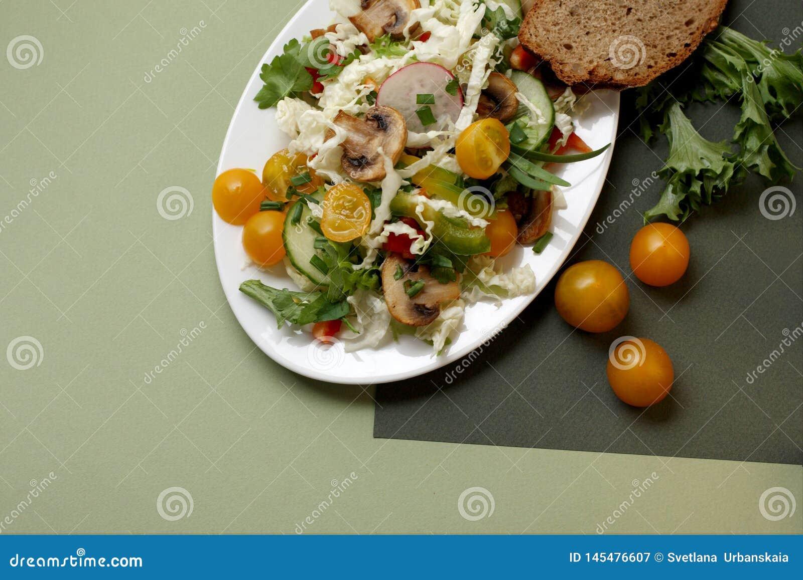 Een plaat van salade met groenten, paddestoelen