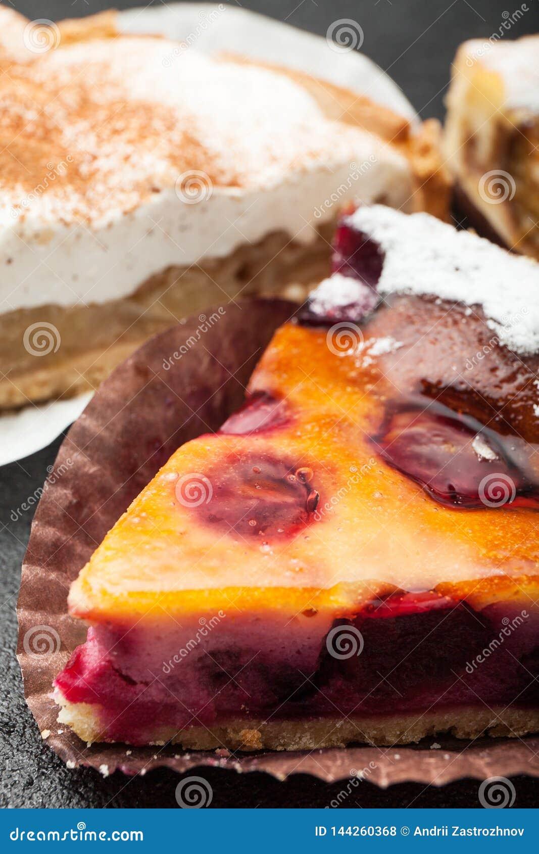 Een plak van smakelijke verse gebakken appeltaart, verticaal close-up,