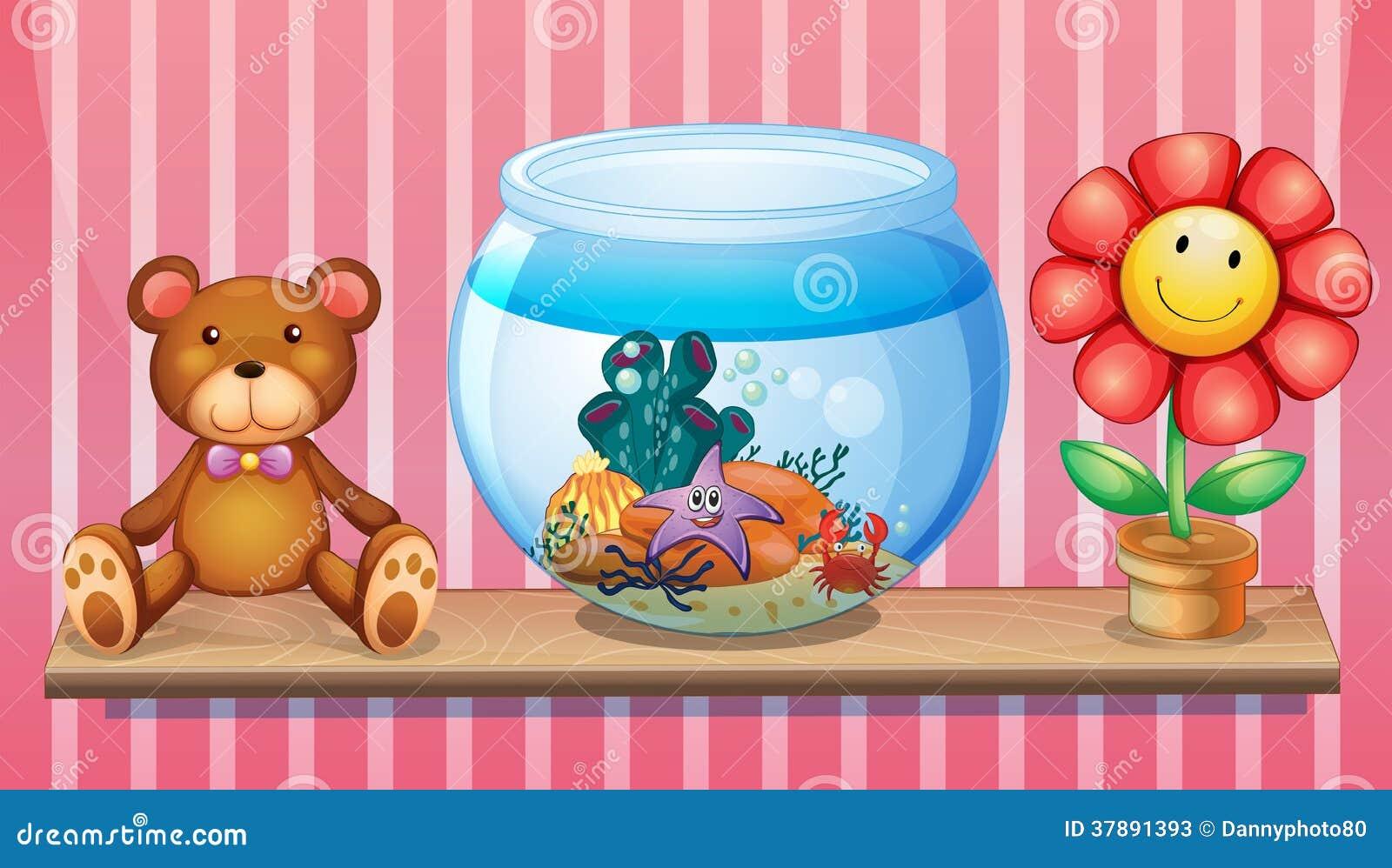 Een plank met een beer, een aquarium en een stuk speelgoed bloeien