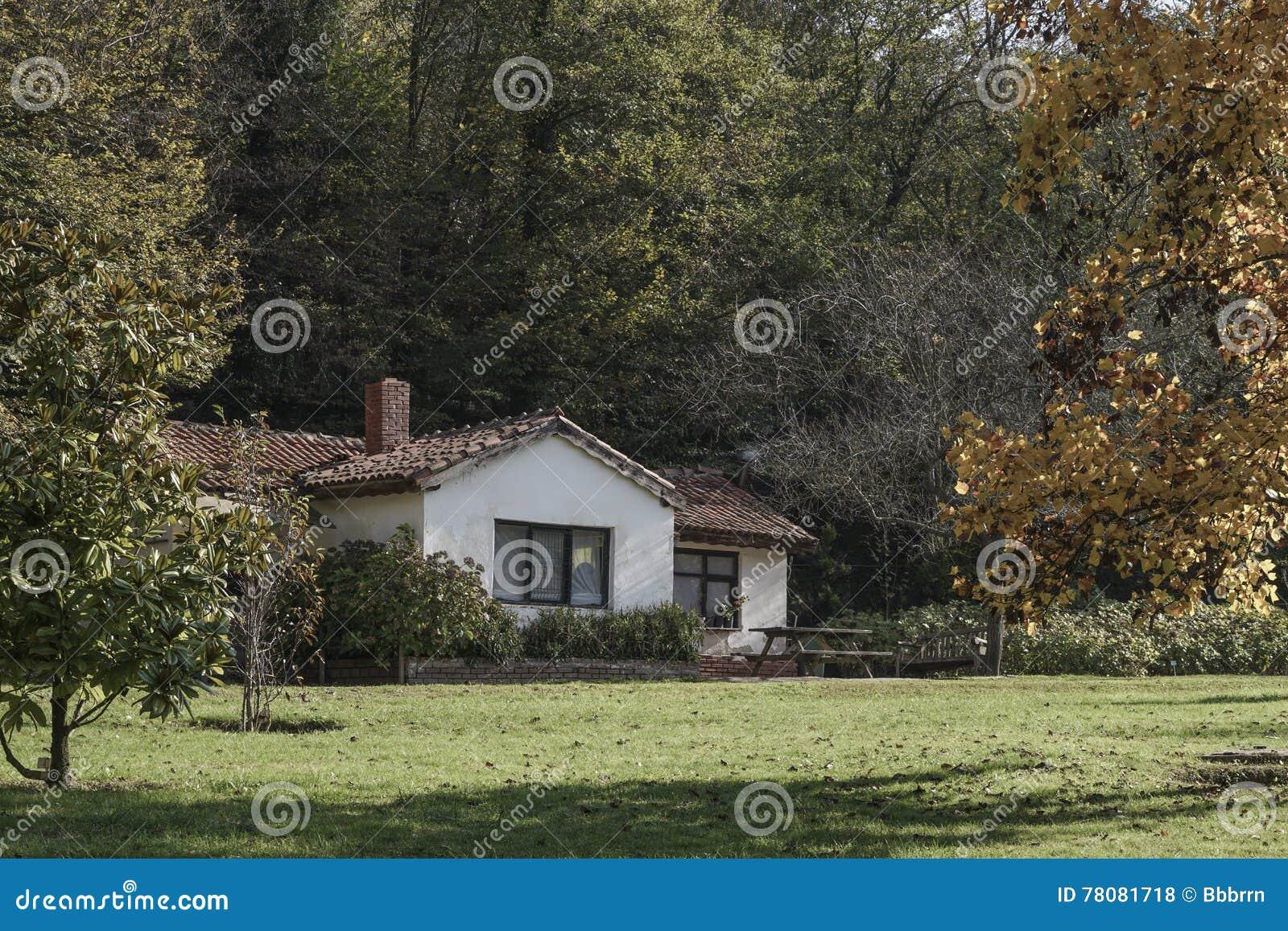 Een plattelandshuisje in de kant van het land
