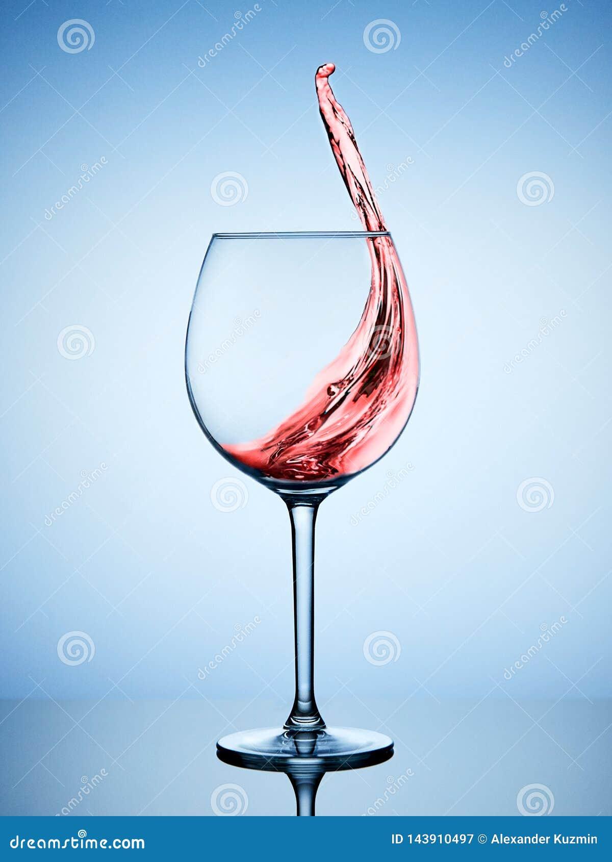 Een plons van rode wijn in een glas
