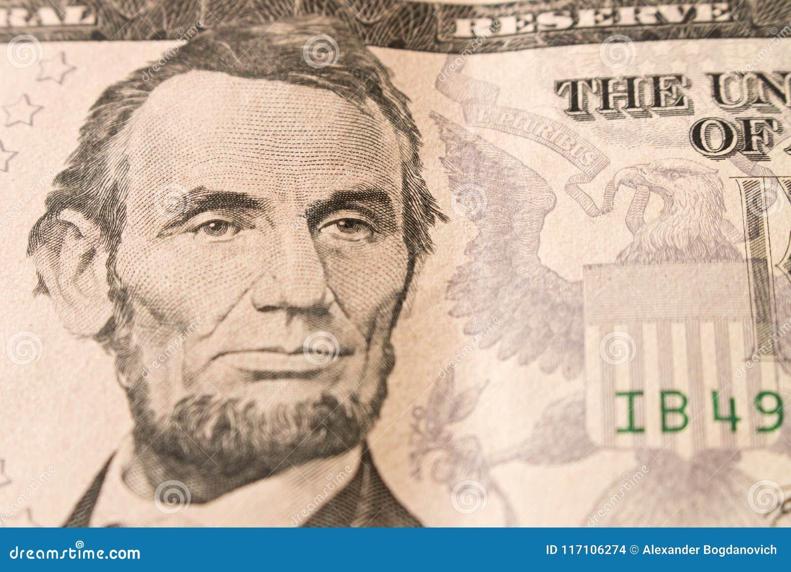 Een portret van President Abraham Lincoln op 5 dollarrekening sluit