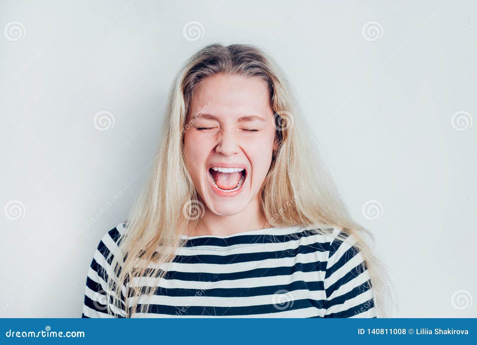 Een portret van zeer gefrustreerde en boze vrouw