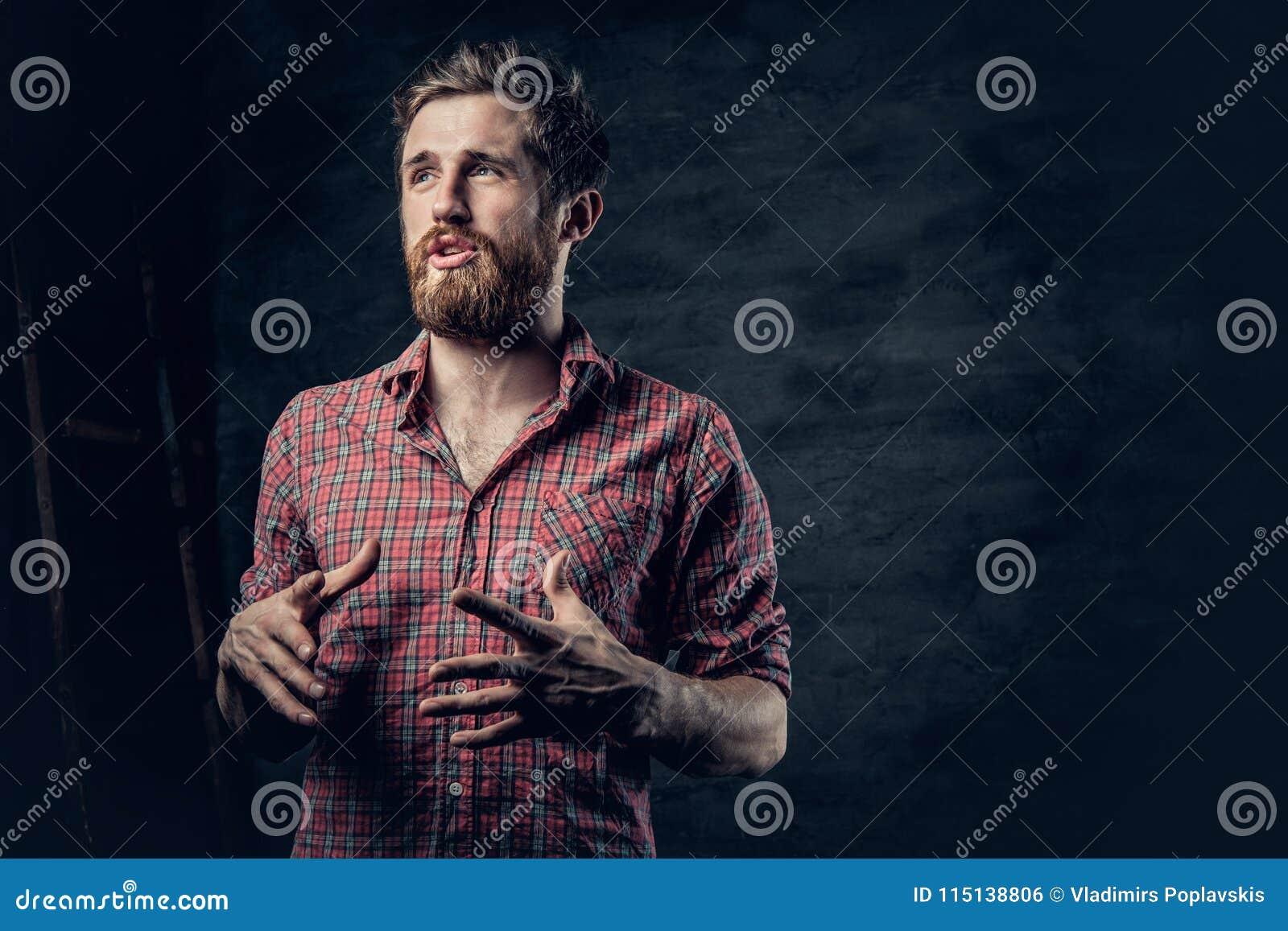 Een positief gebaard mannetje gekleed in een rood vachtoverhemd vertelt een verhaal met handbeweging