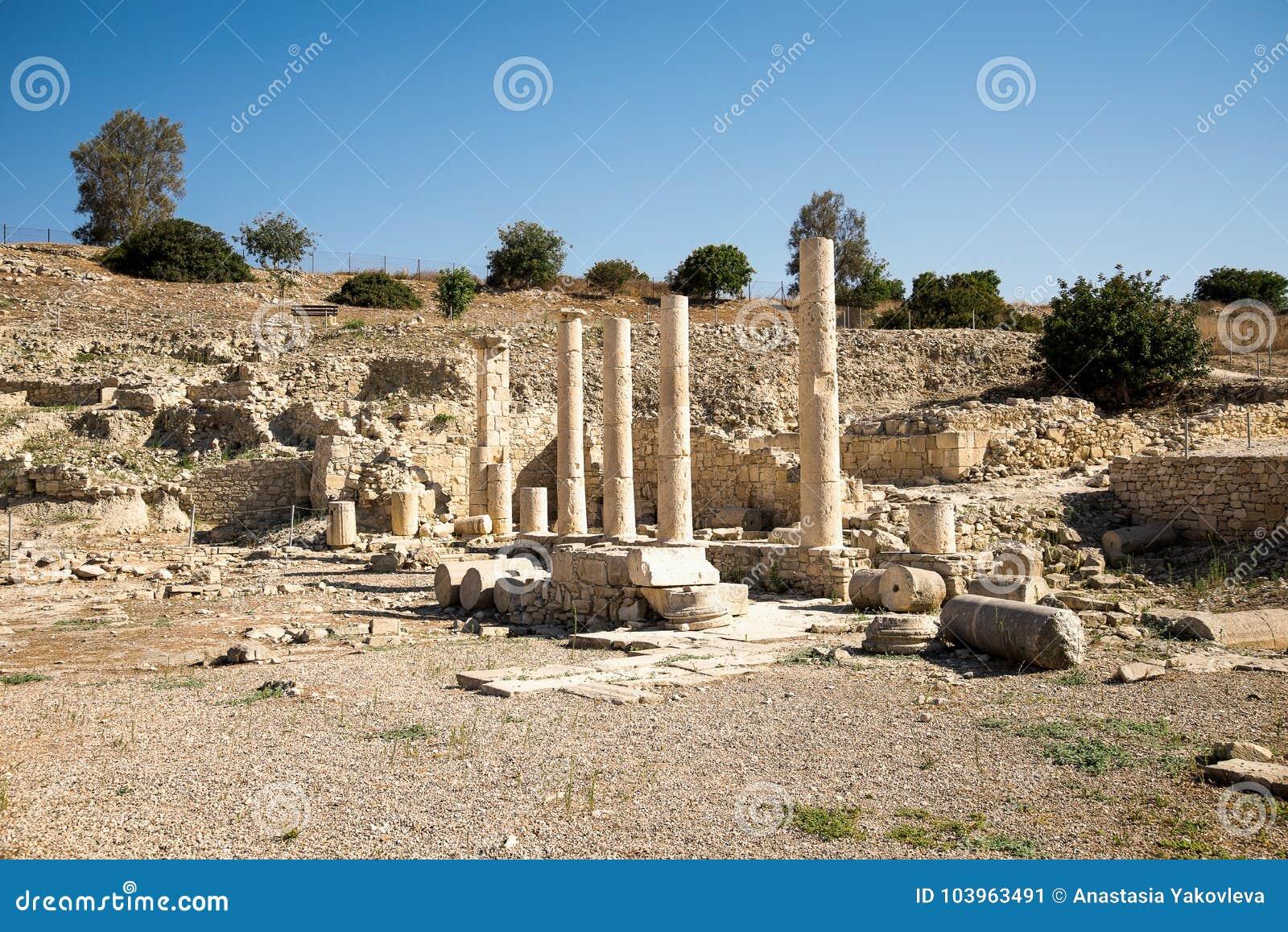 Een reeks kolommen in oude de stads archeologische plaats van Amathus in Limassol