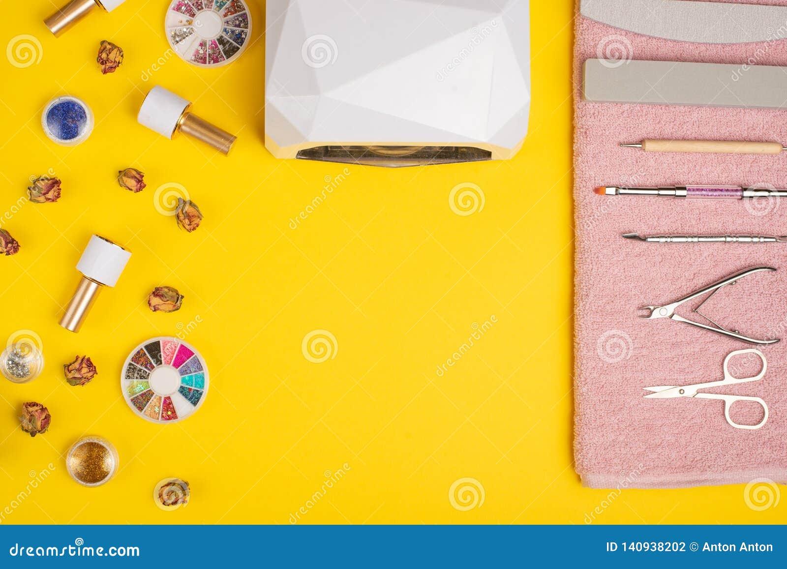 Een reeks kosmetische hulpmiddelen voor manicure en pedicure op een purpere achtergrond Gelpoetsmiddelen, nagelvijlen en tangen e