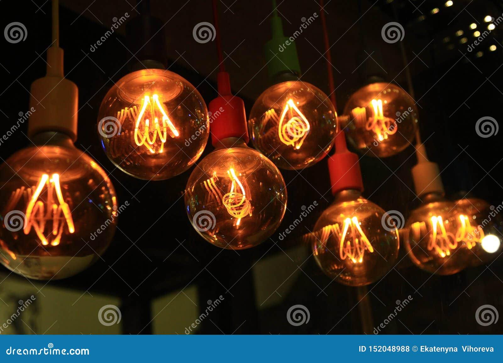 Een reeks ouderwetse gloeiende bollen die op het plafond hangen