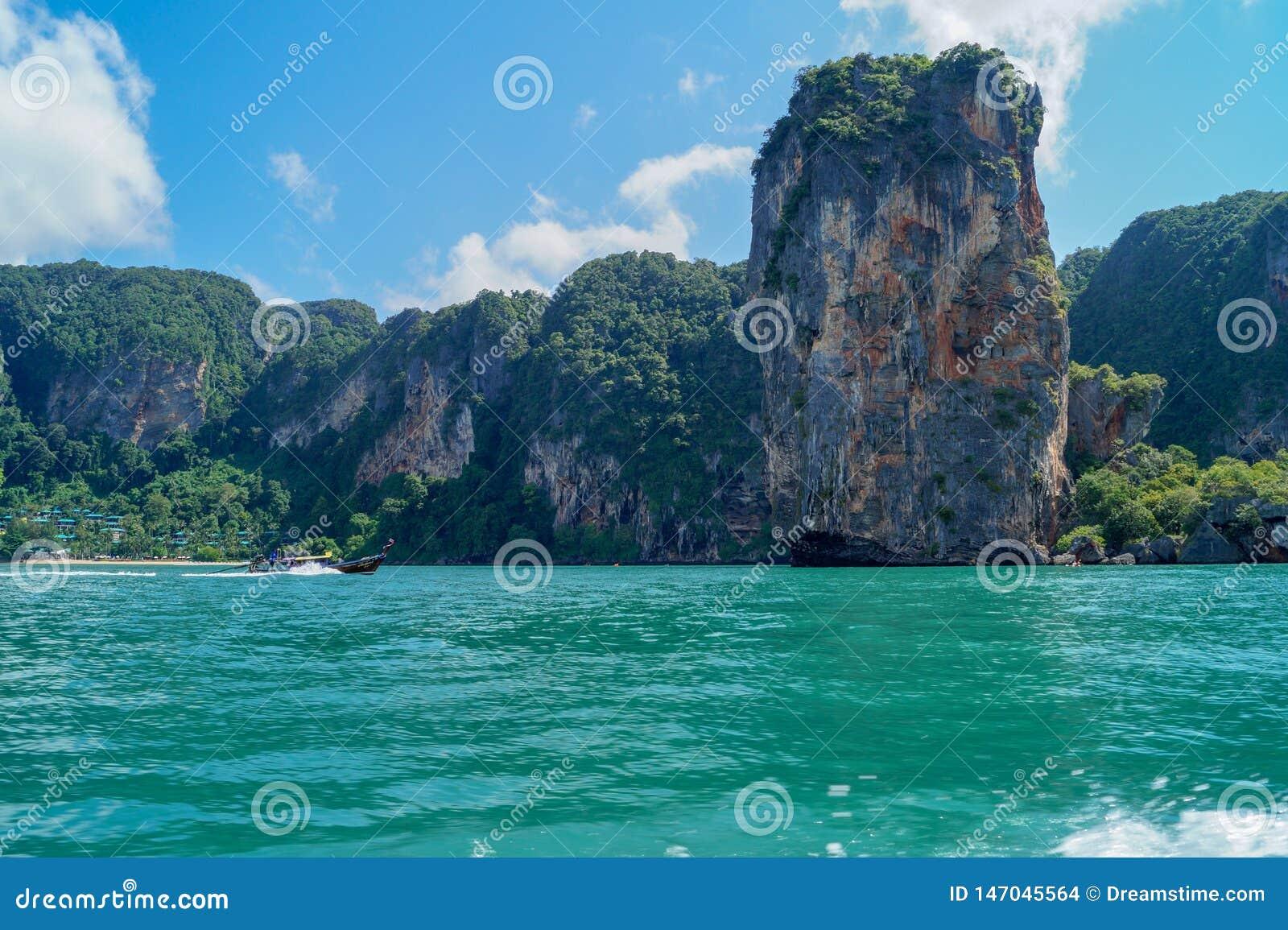 Een reis met een boot in het turkooise overzees en sommige rotsen in Thailand - Bilder