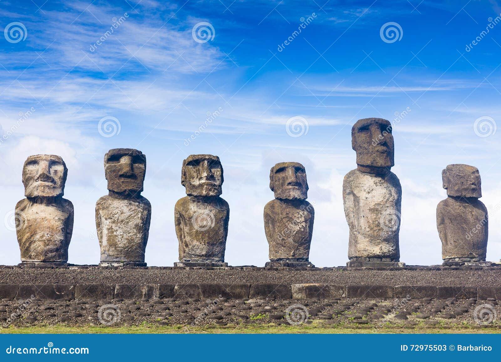 Een rij van Moai-standbeelden